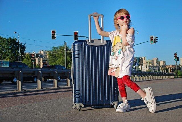 Kind-mit-Reisekoffer